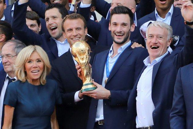 """""""Vous avez rendu fier tout un pays"""": Macron décore les Bleus champions du monde"""