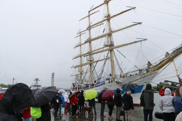 Armada: les premiers navires accostent sous la pluie à Rouen