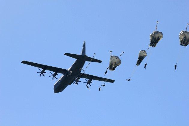 Sainte-Mère-Église. D-Day :mille parachutages à Sainte-Mère-Eglise, circulation et stationnement