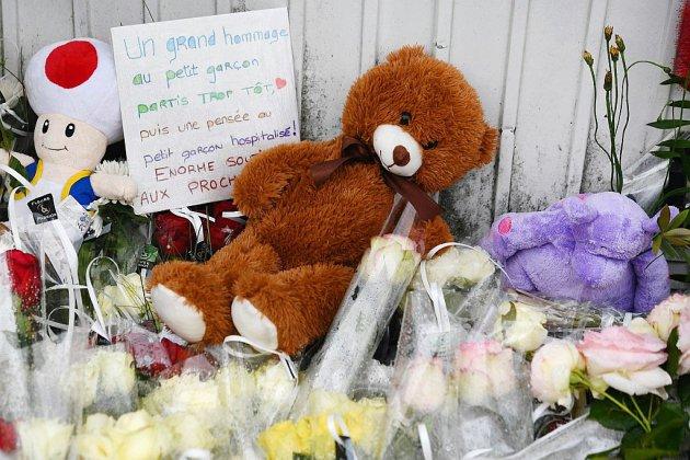 A Lorient, fleurs blanches et peluches en souvenir de l'enfant tué par un chauffard