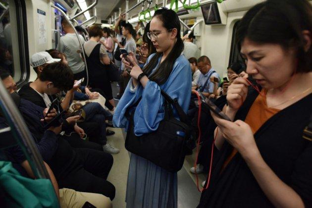 """En Chine, des jeunes redonnent vie au """"hanfu"""", l'habit traditionnel"""