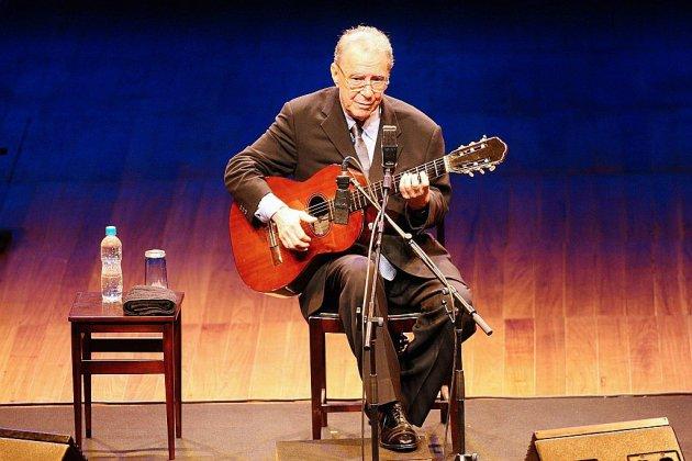 """Le Brésil rend hommage à Joao Gilberto, son """"plus grand artiste"""""""