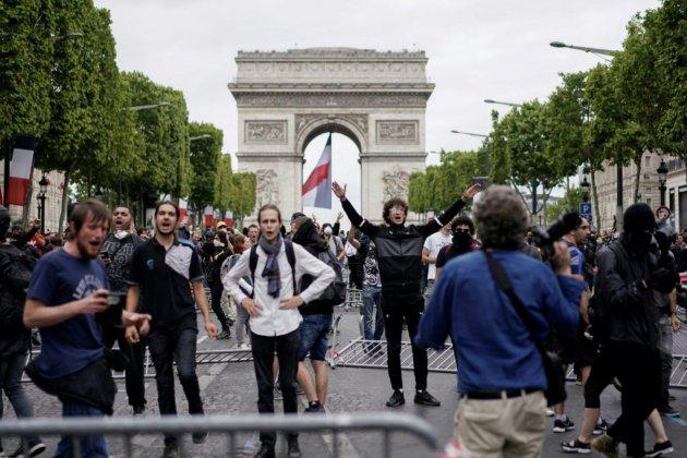 """14 juillet à Paris: tensions sur les Champs-Elysées occupées par des """"gilets jaunes"""""""