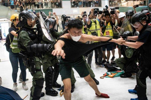 """Hong Kong: l'exécutif condamne """"les émeutiers"""" après les violences du centre commercial"""