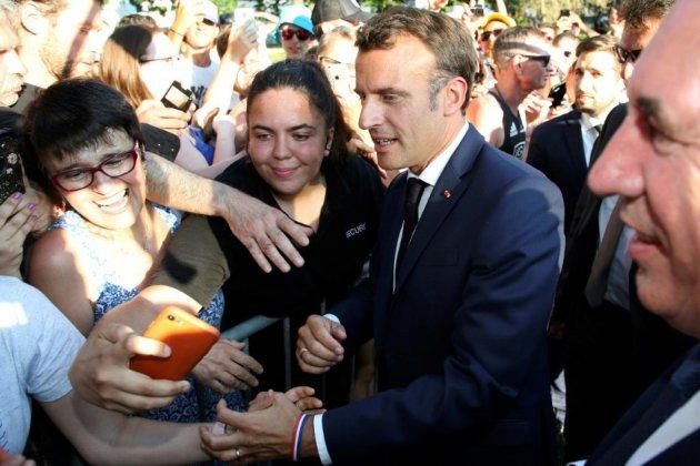"""A Pau, Macron célèbre la """"mythologie"""" du Tour et s'offre un bain de foule"""