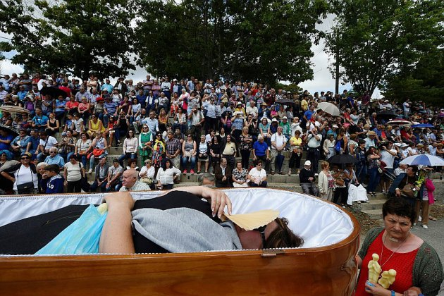 En Espagne, défiler vivants dans des cercueils pour défier la mort