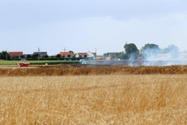 Près de Caen, des champs de céréales partent en fumée