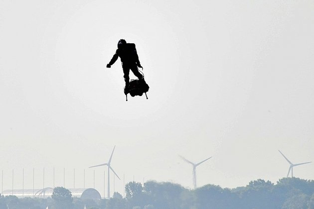 Franky Zapata réussit son pari de traverser la Manche sur sa machine volante