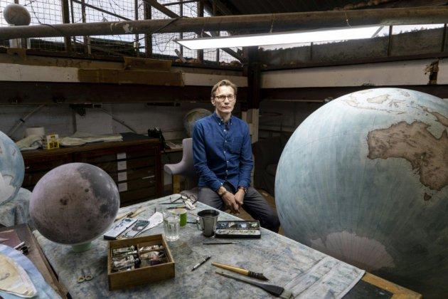 Dans un atelier londonien, des globes terrestres à la conquête du monde