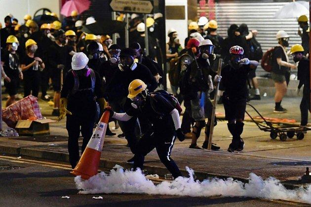 """Contre les """"lacrymos"""", les ingénieuses techniques des manifestants à Hong Kong"""