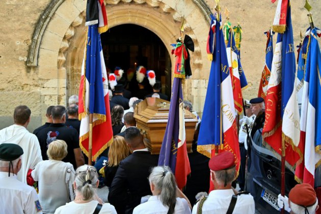 """Mort du maire de Signes: Macron promet une réponse """"sans complaisance"""" aux incivilités"""