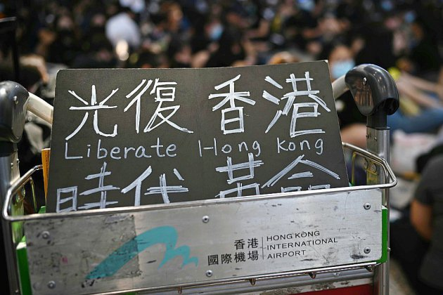 Hong Kong: sit-in de manifestants à l'aéroport pour sensibiliser les visiteurs