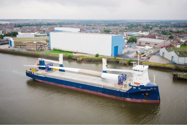 La méga pale d'éolienne construite à Cherbourg est arrivée en Angleterre