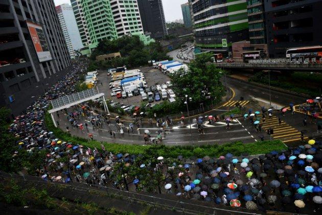 Hong Kong: des centaines de manifestants défilent à nouveau dans les rues