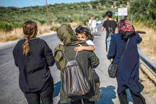 """A Lesbos, 600 réfugiés transférés pour """"sortir de l'enfer"""" de Moria"""