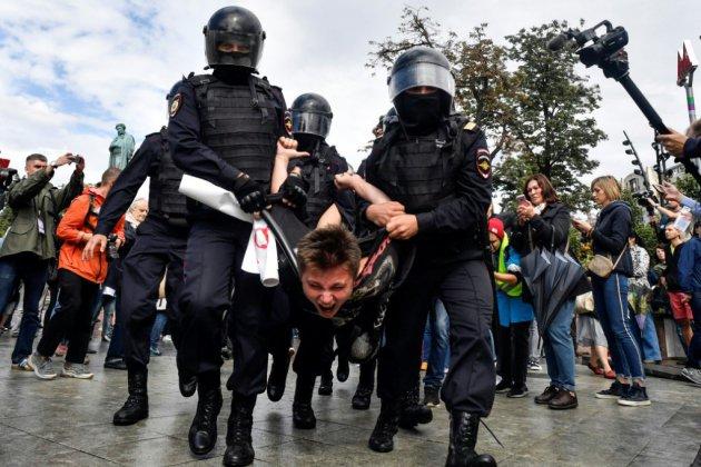 La justice russe condamne lourdement des manifestants, allège les accusations pour d'autres