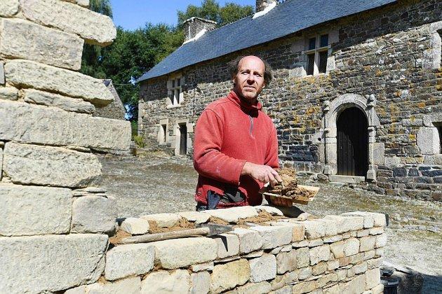 """Passionné des vieilles pierres, il reconstruit seul un manoir """"dans les règles de l'art"""""""