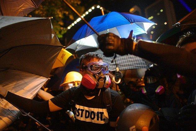 """Les Hongkongais marquent, certains violemment, l'anniversaire des """"Parapluies"""""""