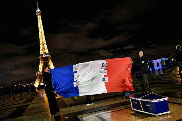 """Les policiers défilent à Paris pour une """"marche de la colère"""""""