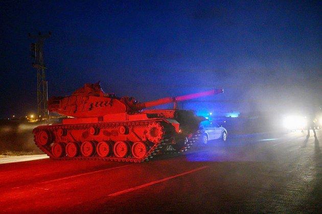 """Syrie: la Turquie """"prête"""" pour une opération, Trump assure ne pas lâcher les Kurdes"""