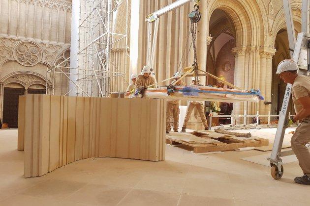 Le nouvel autel vient d'arriver à la cathédrale