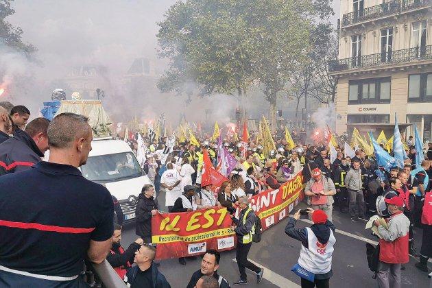 Les pompiers crient leur ras-le-bol dans les rues de Paris