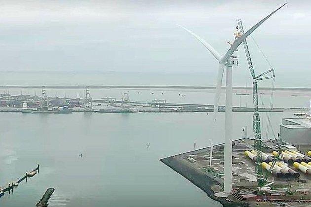 La plus grande pale d'éolienne installée à Rotterdam
