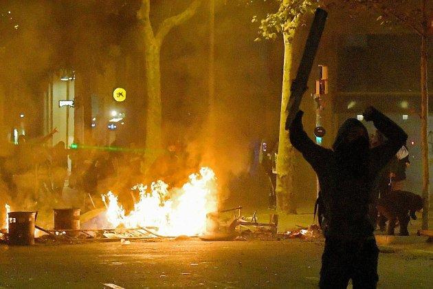 Catalogne: nouvelle nuit de tensions et de barricades à Barcelone