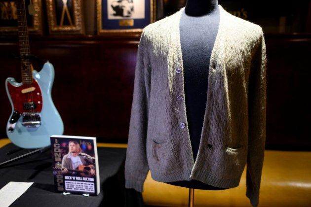 Un gilet en laine de Kurt Cobain aux enchères, trou de cigarette compris