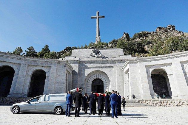 L'Espagne exhume le dictateur Franco de son mausolée monumental