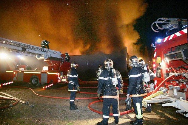 Soirée de violences urbaines dans les Yvelines, un chapiteau incendié