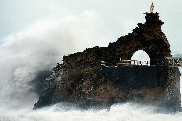 La tempête Amélie balaye la côte atlantique, 140.000 foyers sans électricité