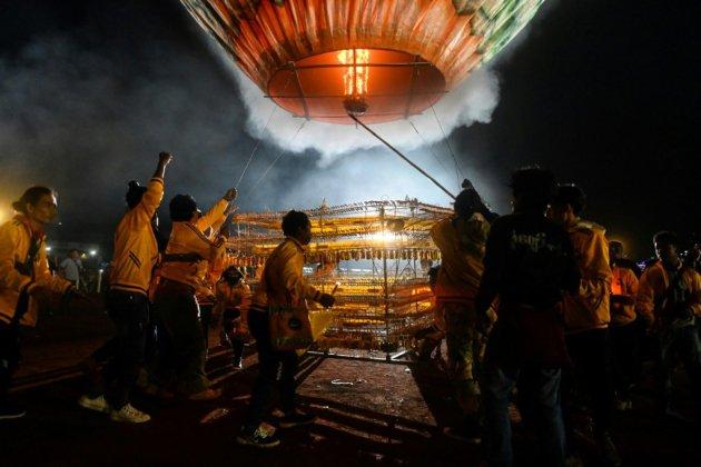Ouverture du spectaculaire et dangereux Festival des ballons en Birmanie