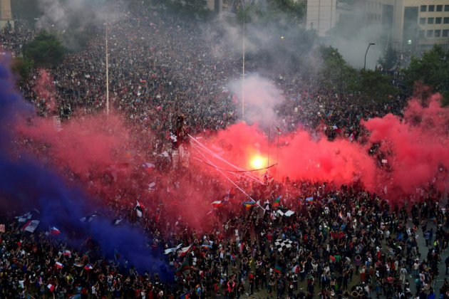Chili: des dizaines de milliers de manifestants à Santiago, incendie dans une université