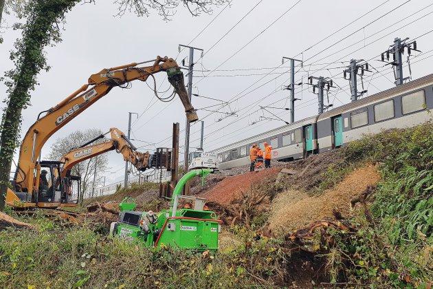 Affaissement d'un poteau de caténaire sur la ligne SNCF