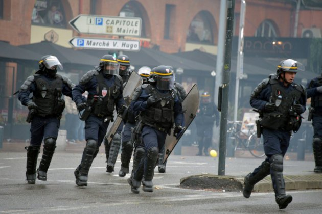 """A Toulouse, des centaines de """"gilets jaunes"""" noyés sous les gaz lacrymogènes"""
