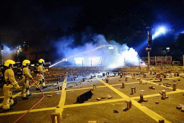 Hong Kong: Heurts entre policiers et manifestants près d'un tunnel stratégique