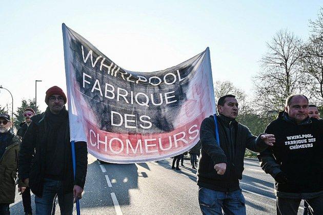 """De retour sur le site de Whirlpool, Macron, bousculé, assure avoir """"dit la vérité"""""""