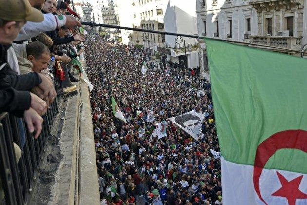 Marée humaine à Alger pour le dernier vendredi avant un scrutin rejeté