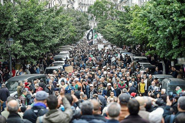 Algérie: des manifestants conspuent par milliers le président fraîchement élu