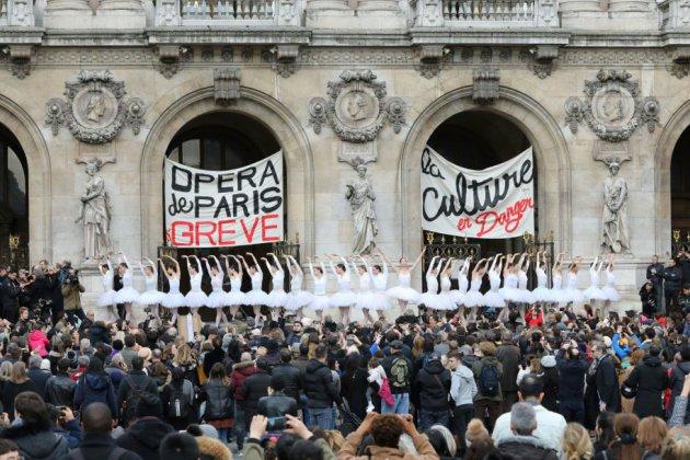 Le Lac des Cygnes sur le parvis: quand l'Opéra de Paris fait la grève