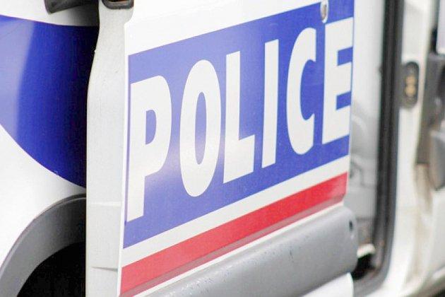 Un accident entre une voiture et un véhicule de police