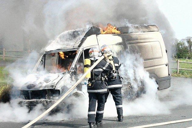 Un utilitaire en feu, avec un produit inflammable à bord