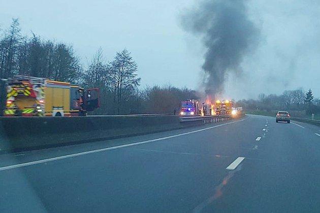 L'A84 fermée à cause d'un poids lourd en feu contenant papier et carton
