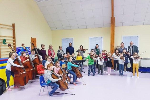Les élèves de primaire inaugurent l'orchestre école