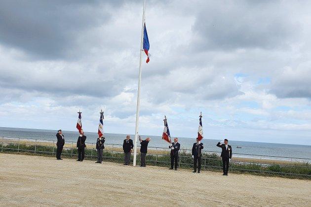 Vol du drapeau français flottant au pied de la Croix de Lorraine