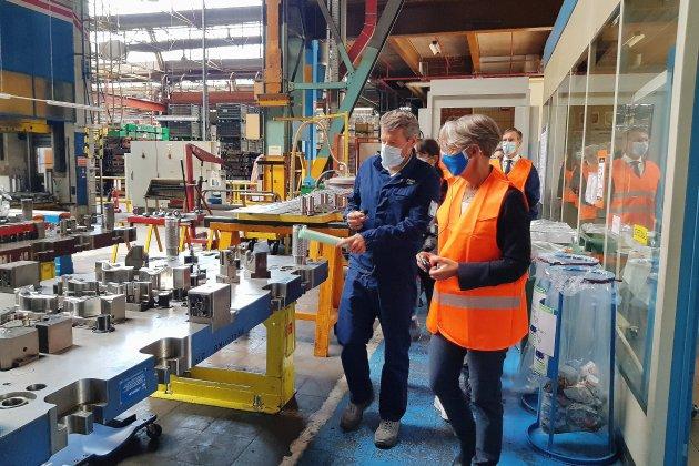 La ministre du Travail Élisabeth Borne rencontre des salariés à l'usine PSA