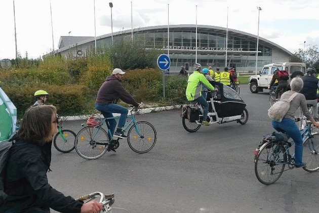 Une mobilisation à vélo contre l'allongement de la piste de l'aéroport
