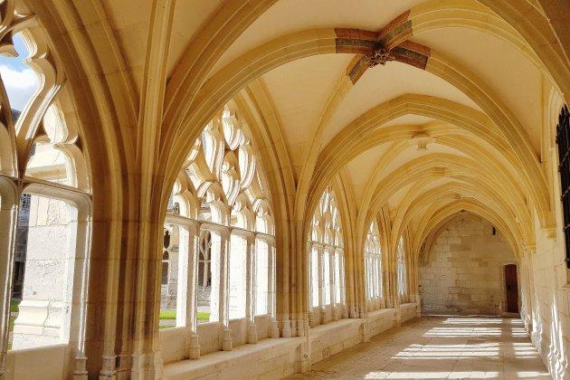 Le cloître de l'abbaye restauré avec des techniques d'antan