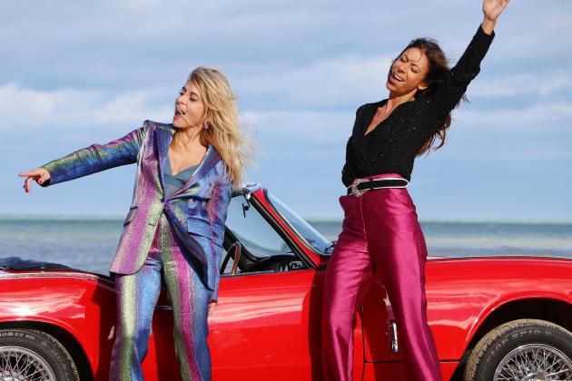 Julie Zenatti et Rosetournent leur dernier clip sur la plage